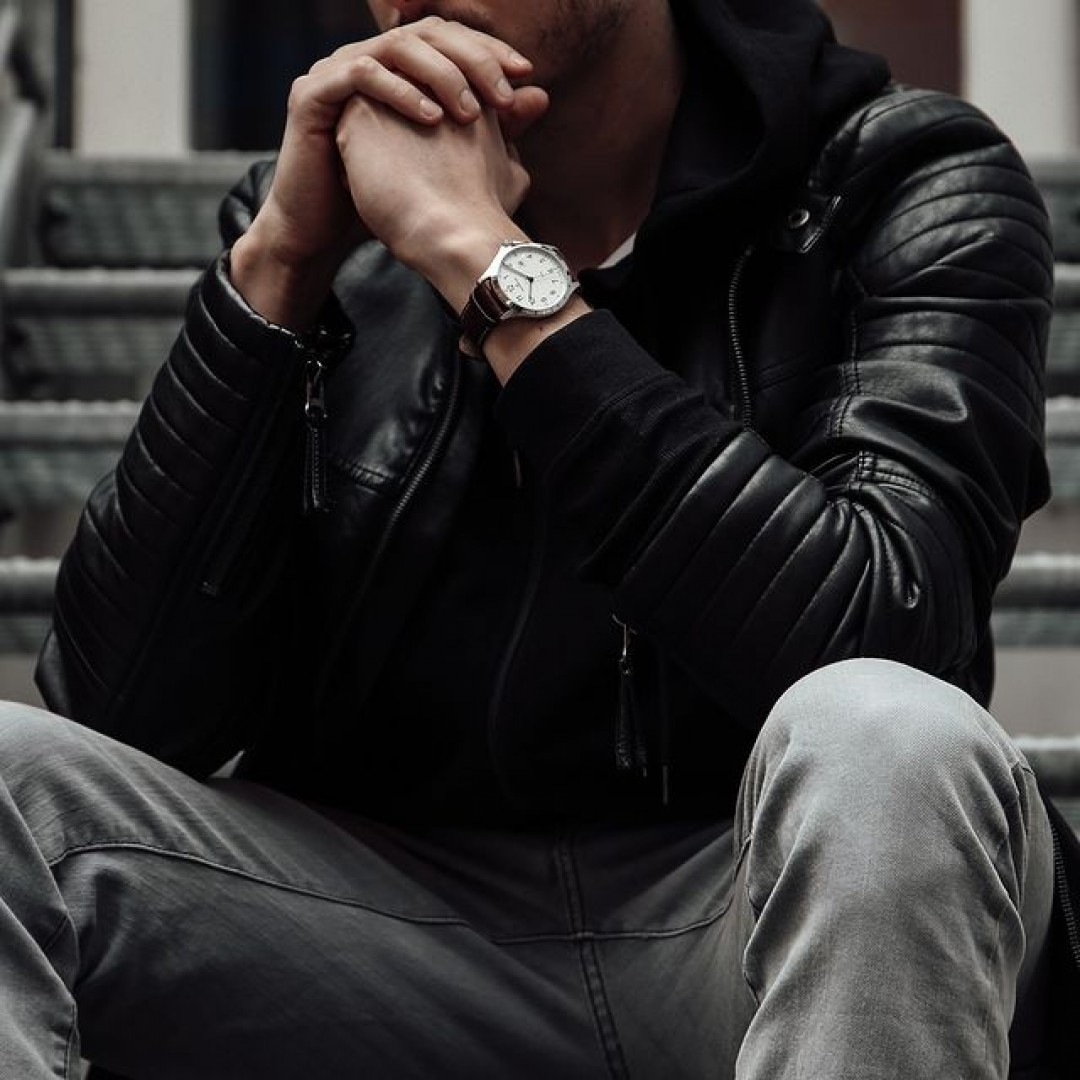 Eine Lederjacke ist als Fashion-Klassiker immer gerne gesehen! Unser braunes Boston-Modell passt ideal zu einem schwarzen Casual-Look.  #boston #automatik #dugena #dugenawatches #outfit #ootd #nature #silver #watch #wotd #uhr #armbanduhr #almostspring #grey #brown #business #classic #menstyle #metallic #casual #men #streetstyle #jeans #hoodie #leatherjacket #jacket