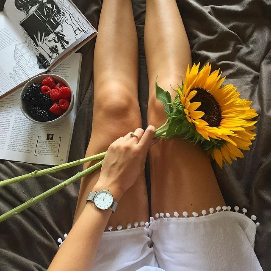"""""""Keep your face to the sunshine and you cannot see the shadow. It's what sunflowers do. """" 🌻#dugena #watchlove #timepiece  #uhr #watchoftheday #germanwatch #watchlover #wotd #potd #watchstyle #flowers #sunflower #lifestyle #books #quoteoftheday"""