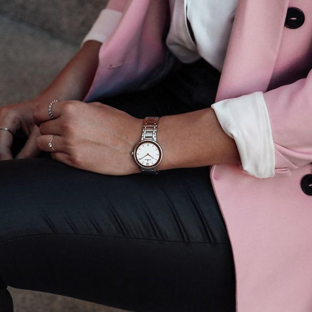 Eure Büro-Looks sahen noch nie so gut aus! Unser Cosima-Modell hilft dabei. Ein schicker Blazer, eine schlichte Bluse und eure Lieblingshose, dazu eine schlichte Uhr: Ein zeitloser Look! #cosima #grey #silverwatch #dugena #dugenawatches #outfit #ootd #silver #watch #wotd #uhr #armbanduhr #uhr #bürolook #blazer #office #woman #bosswoman #business #rose #accessoire #blackandwhite #bw #design #fashion
