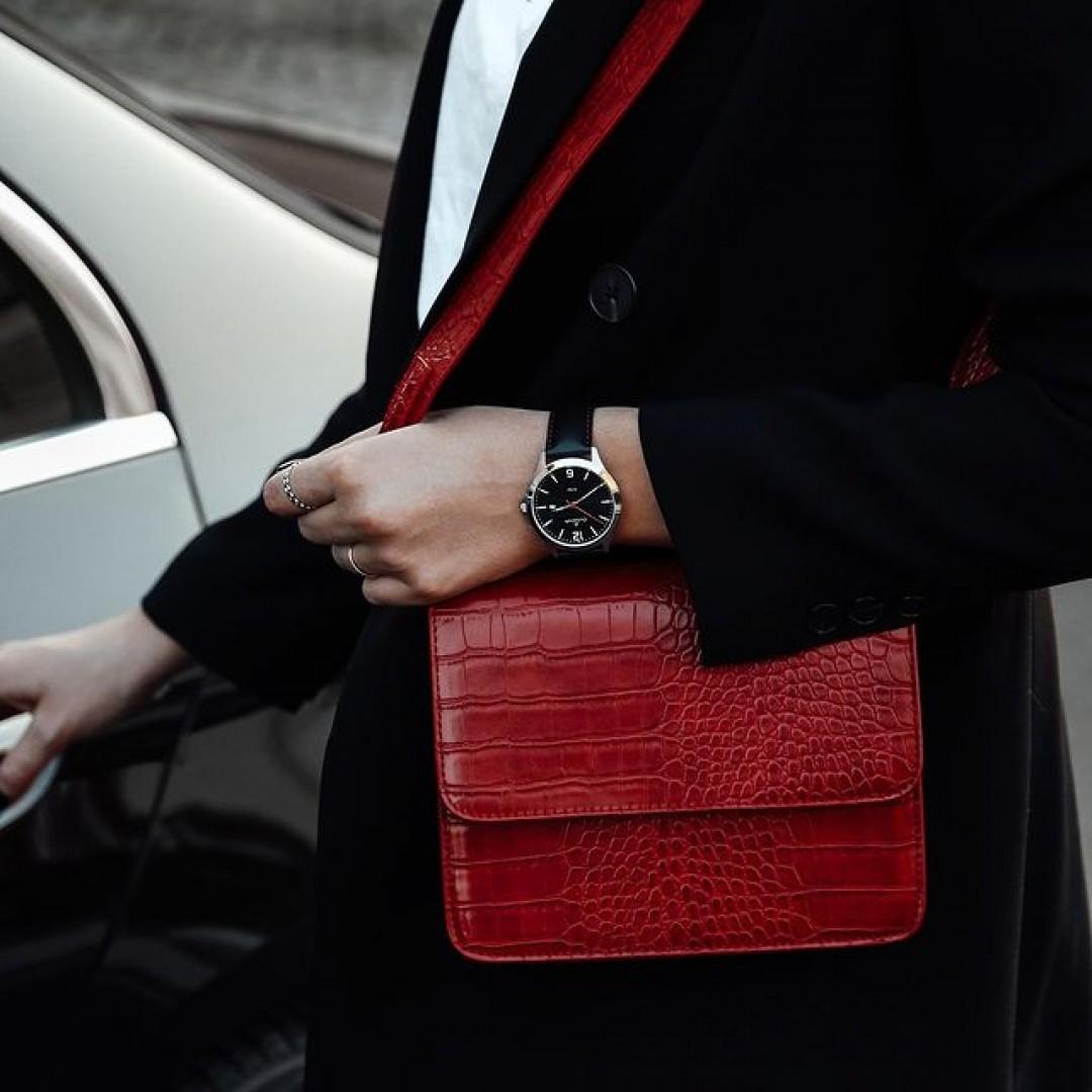 Die Trendfarbe Rot könnt ihr mit unserer Boston perfekt tragen! Schwarz und Weiß bieten sich als Kombinationsfarben am besten an. Probiert es selbst aus! #boston #red #redwatch #dugena #dugenawatches #outfit #ootd #silver #watch #wotd #uhr #armbanduhr #uhr #black #woman #jewelry #accessoire #blackandwhite #bw #black #white #fashion #menstyle #menwithstyle