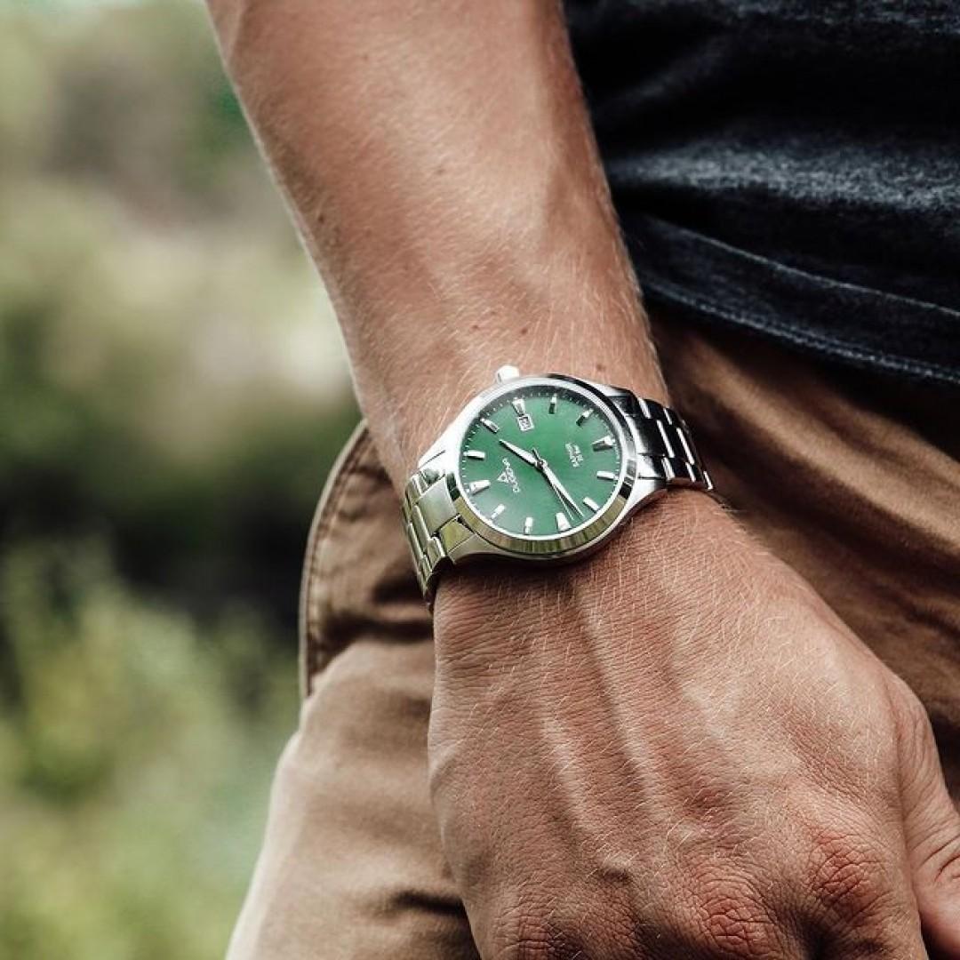 Unsere Tresor-Master ist euer treuer Begleiter für alle Looks!  Das grüne Ziffernblatt sorgt für das Besondere an diesem Uhrenmodell. 🌱 #tresormaster#dugena#dugenawatches#utility#green#pflanzen#grün#stlye#look#ootd#outfit#menstyle#herrenuhr#wotd