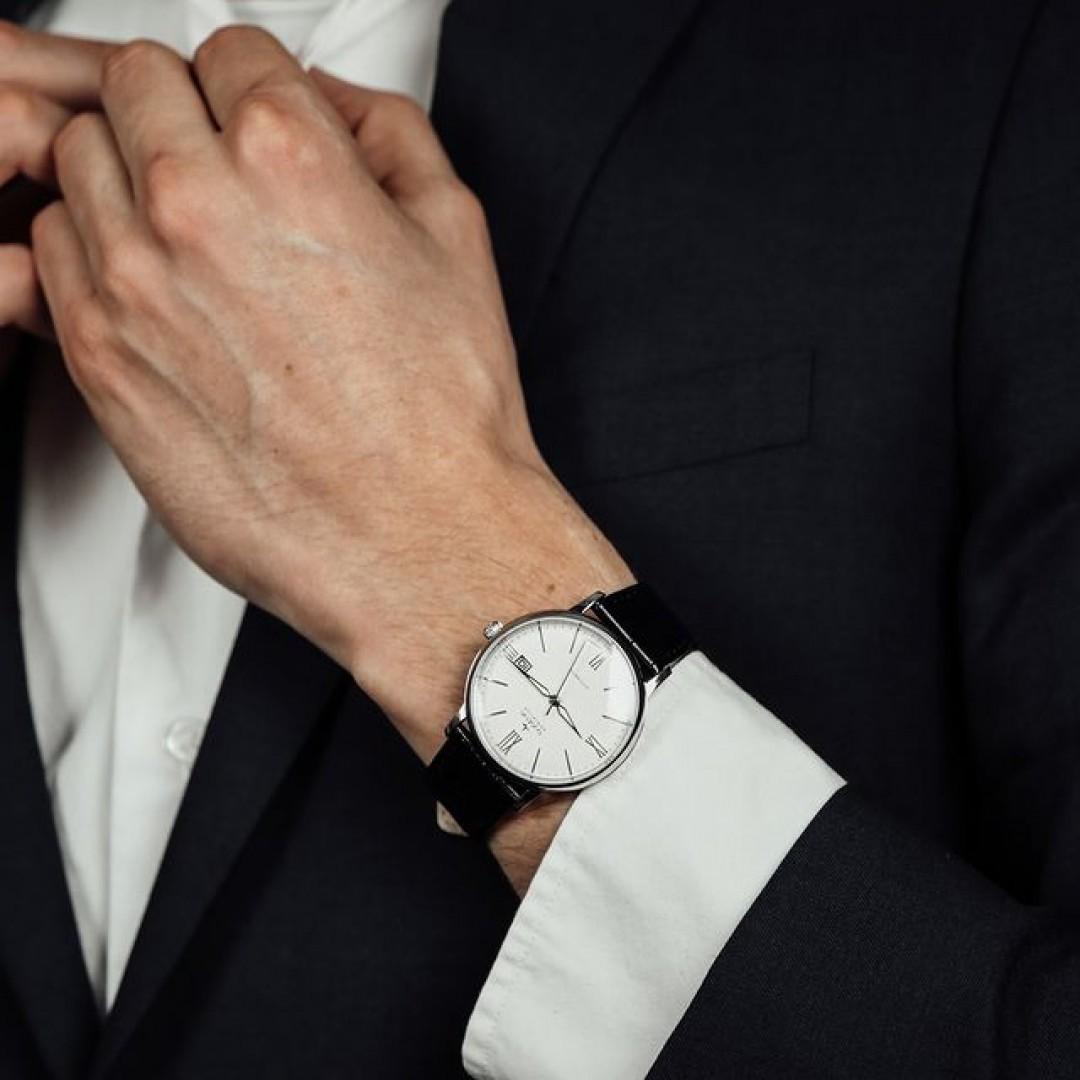 Entdeckt unsere Festa Roma! Dieses wunderschöne Modell gibt es mit einem schwarzen und einem braunen Lederband, alternativ aber auch mit einem Edelstahlband. Mit diesem Modell fällt ihr beim nächsten Teammeeting garantiert auf! #festaroma #automatik #dugena #dugenawatches #outfit #ootd #festlich #silver #watch #wotd #uhr #armbanduhr #januar #chic #leder #leather #black #white #suit #meeting #work