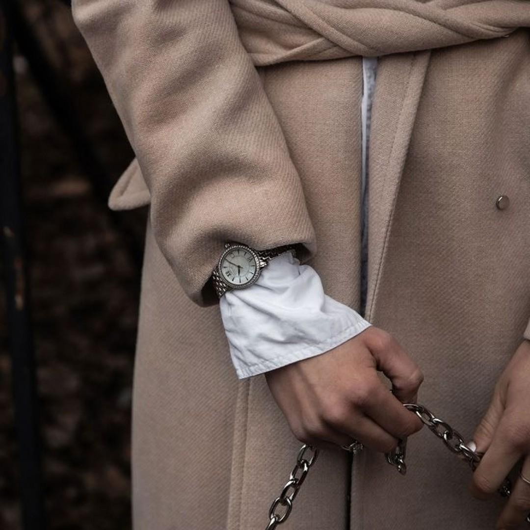 Seid ihr ein Gold- oder ein Silberliebhaber? Falls ihr euch nicht entscheiden könnt, gibt es unsere Rondo Petit Stone auch in einer Mischform aus silber und gold zu kaufen. Damit könnt ihr garantiert nichts falsch machen.  #dugenawatches #dugena #dugenauhren #uhren #watch #wotd #ootd #styleinspo #lookoftheday #look #outfitkombination #coat #wintercoat #silbergold #silber #gold #silver #jewelry #coronatime #shopping #rondopetit