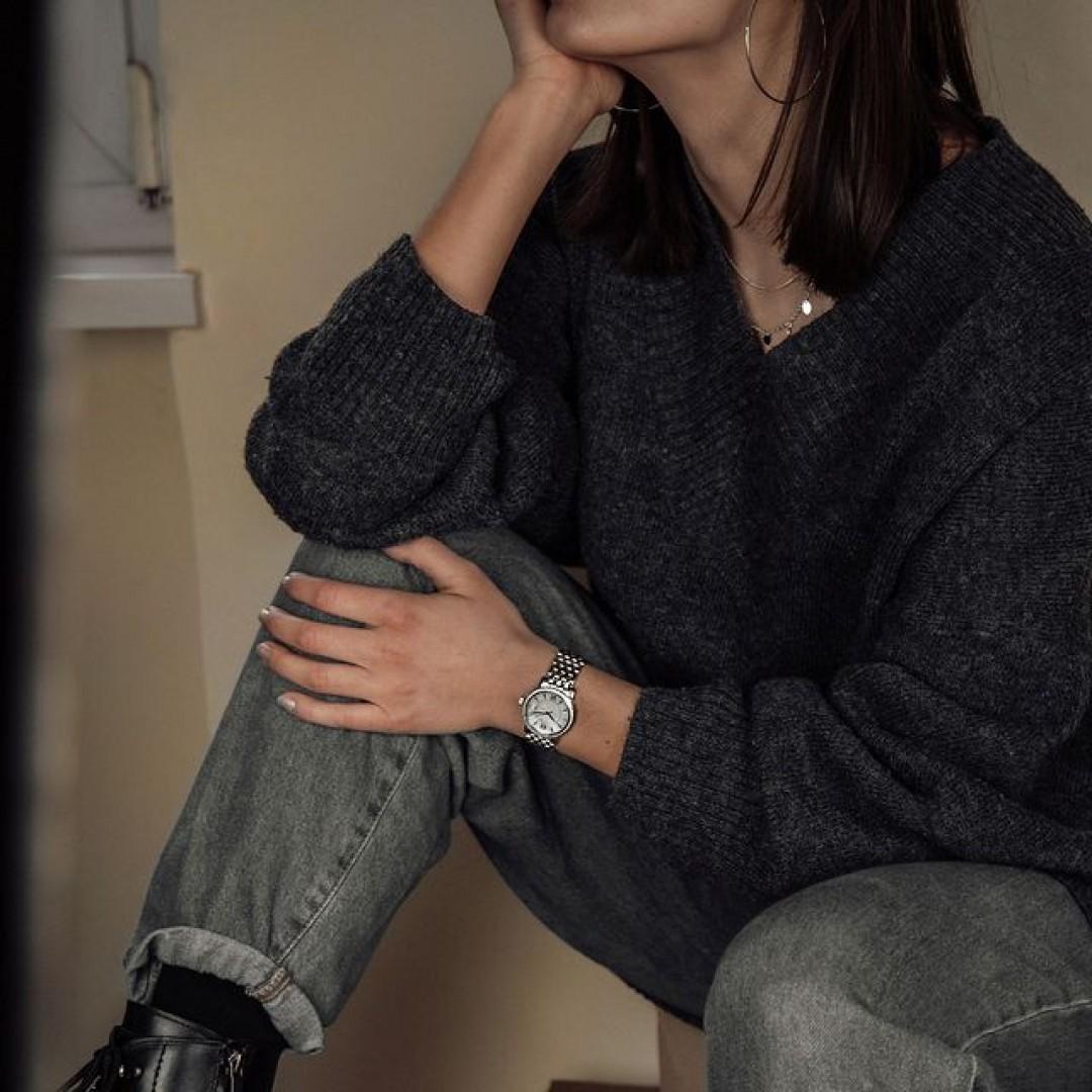 Kennt ihr schon unsere Rondo Petit Stone? Dieses hübsche Modell gibt es in gold ,silber und gold-silber zu erwerben. Alle Varianten haben dabei ein perlmutt-schimmerndes Ziffernblatt. #dugenawatches #dugena #dugenauhren #uhren #watch #wotd #ootd #styleinspo #lookoftheday #look #outfitkombination #jeans #cardigan #metime #coronatime #shopping #rondopetit