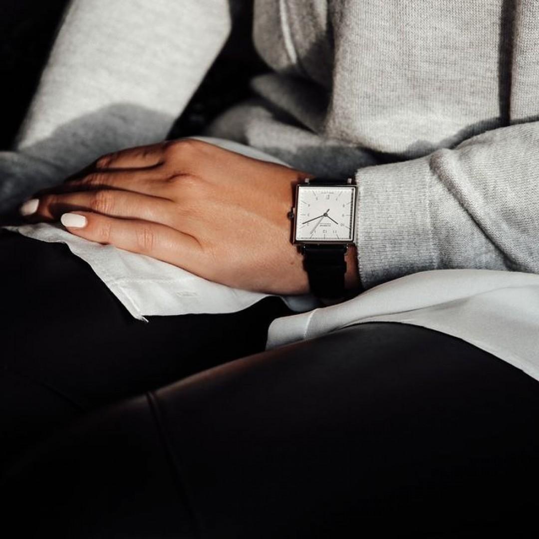 Ihr sucht die perfekte Uhr für euren Bürolook? Unser quadratisches Uhrenmodell ist der treue Begleiter bei Meetings und hilft euch an einem stressigen Arbeitstag den Kopf zu bewahren! Was haltet ihr von quadratischen Ziffernblättern? #dugenawatches#dessaucarree#dugena#lookoftheday#outfit#uhr#classic#leather#office#officelook#sweater