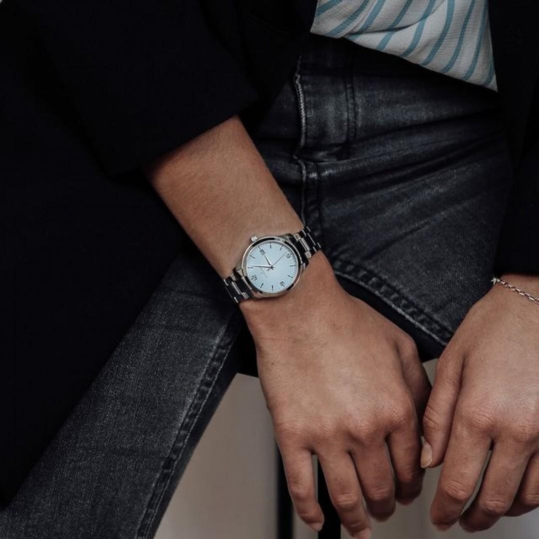 Wusstet ihr schon, dass unser Tresor Woman Modell nicht nur super aussieht, sondern auch wasserfest ist und aus Edelstahl und Saphirglas besteht? ✨ Perfekt für jedes Wetter! ☀️ #tresorwoman #summertime #style #dugena #dugenawatches #outfit #ootd #klassisch #silver #watch #wotd #uhr #armbanduhr #sommer #chic #pastell #woman #casual #work #leger #waterproof #lifestyle #summerlook #clock