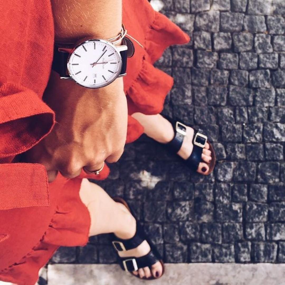 Unsere Moma: voll im Trend!  #dugena #dugenawatch #100JahreDugena #DugenaUhr #watchlove #timepiece #instawatch #uhren #watchoftheday #germanwatch #watchlover #wotd #potd #100years #urbanchic #watchstyle #watchtrend #watchgram #citylife #dugenamoma #Red