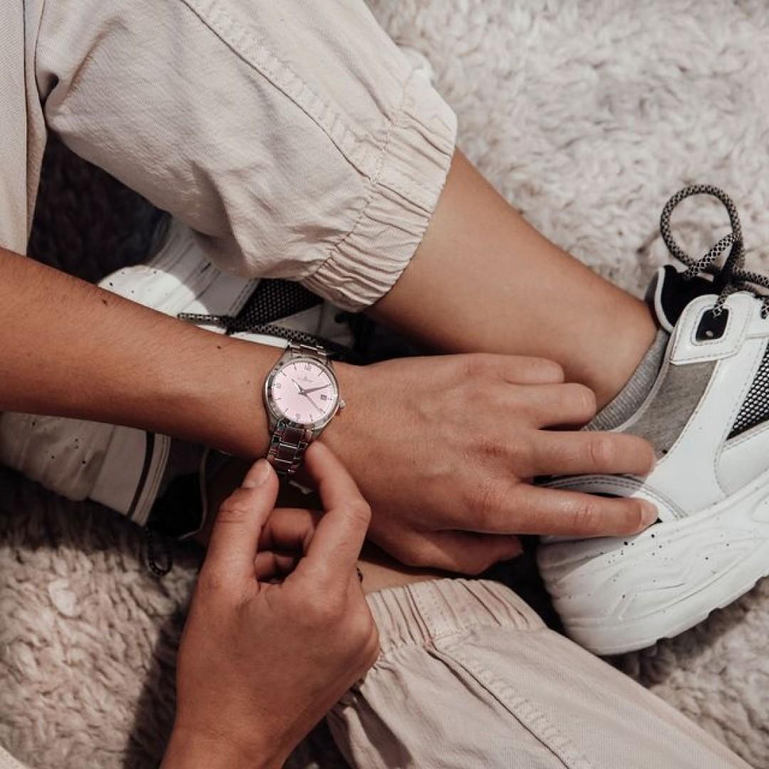 Suchst du nach Inspiration? Die warmen Pastell-Farben unserer Tresor Woman komplementieren jeden eurer Looks all-year-round und verleihen euch einen lockeren klassischen Look! 🌸 #tresorwoman #modern #style #dugena #dugenawatches #outfit #ootd #klassisch #silver #watch #wotd #uhr #armbanduhr #sommer #chic #pastell #woman #casual #work #leger #free #lifestyle #summerlook #clock