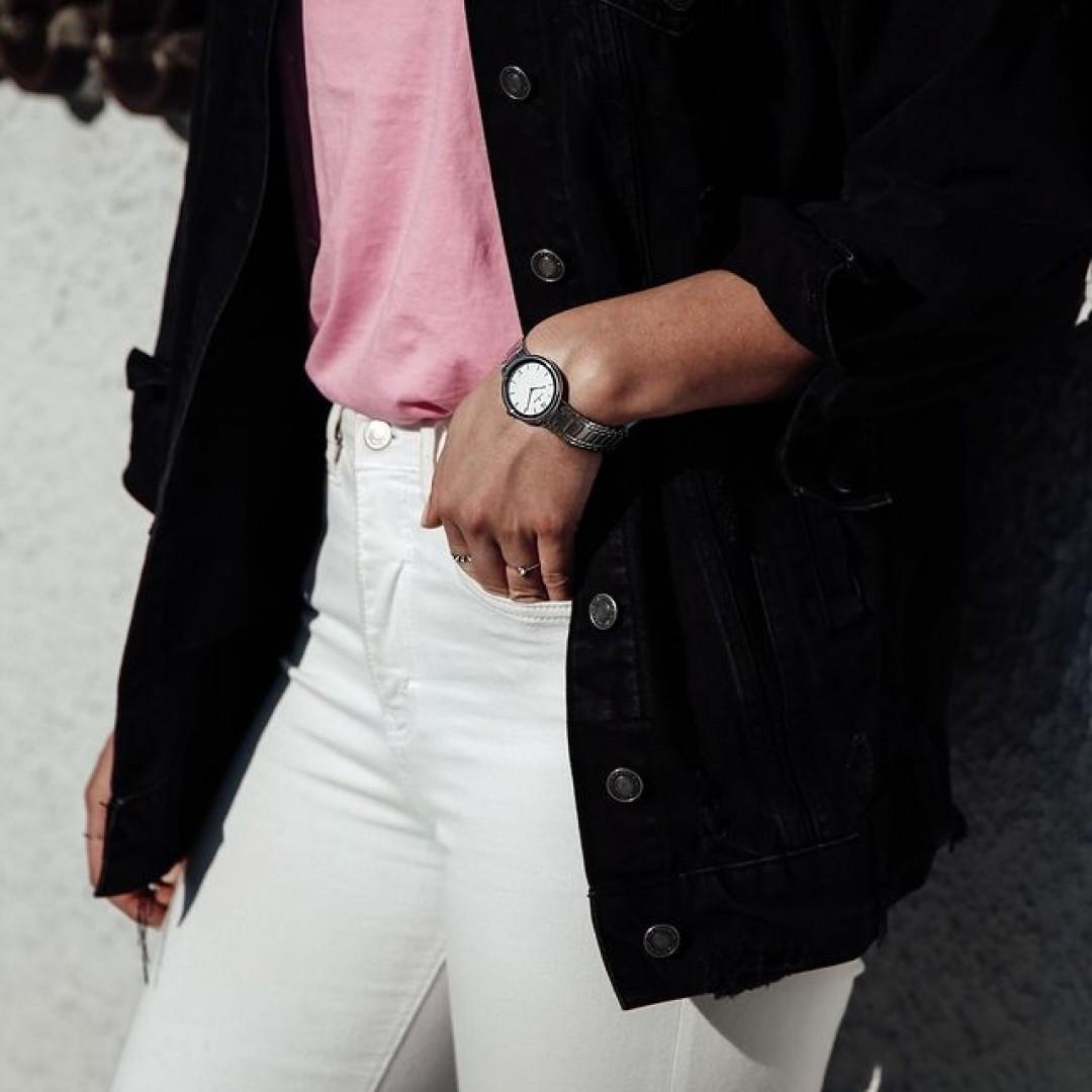 Rosa Akzente geben jedem Outfit in der Frühlingszeit das gewisse Etwas! Unser Cosima-Modell hilft euch eure Looks auf eine elegante Art und Weise aufzuwerten. Wir freuen uns auf eure Outfitkombinationen!  #cosima #cosimawatch #silver #rosa #dugena #dugenawatches #outfit #ootd #silver #watch #wotd #uhr #armbanduhr #uhr #woman #rose #accessoire #jeansjacket #look #springoutfit #details #jewelry