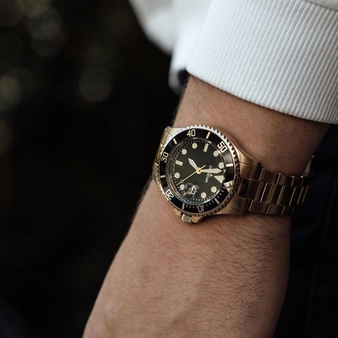 Ein bisschen Gold passt zu jedem! Was hält ihr von goldenen Uhren? Seid ihr Team gold oder silber?  #dugena #dugenawatches #dugenadiver #diver #wotd #sportuhren #menstyle #menfashion #casual #casuallook #ootd #golduhr #watchstyle #fashionlover #black #golden #goldenwatch #clockface