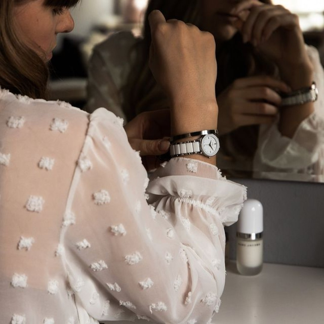 Unsere Amica Ceramica passt sich perfekt euren Lieblingsblusen an und ergänzt euren Look mit dem perfekten Maß an Glamour! #dugena #dugenawatches #onlineshopping #dugenashop #uhr #uhren #amicaceramica #ootd #watches #jewelry #outfit #look #glamour #blouse