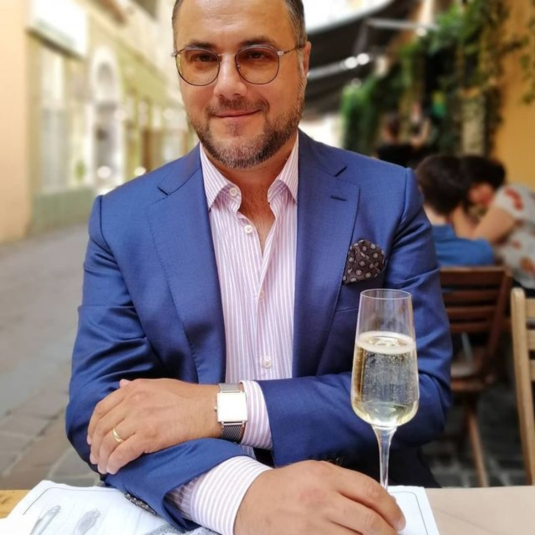 😎🍸🍴  #menstyle #summeroutfit #style #sartorial #gentleman #blueblazer #pocketsquare #pocketsquarestyle #fashion #menswear #timeless #timelesselegance #oldfashioned #travel #prosecco #terrace #stilmasculin #barbaticustil vanlaackofficial brooksbrothers suitsupply