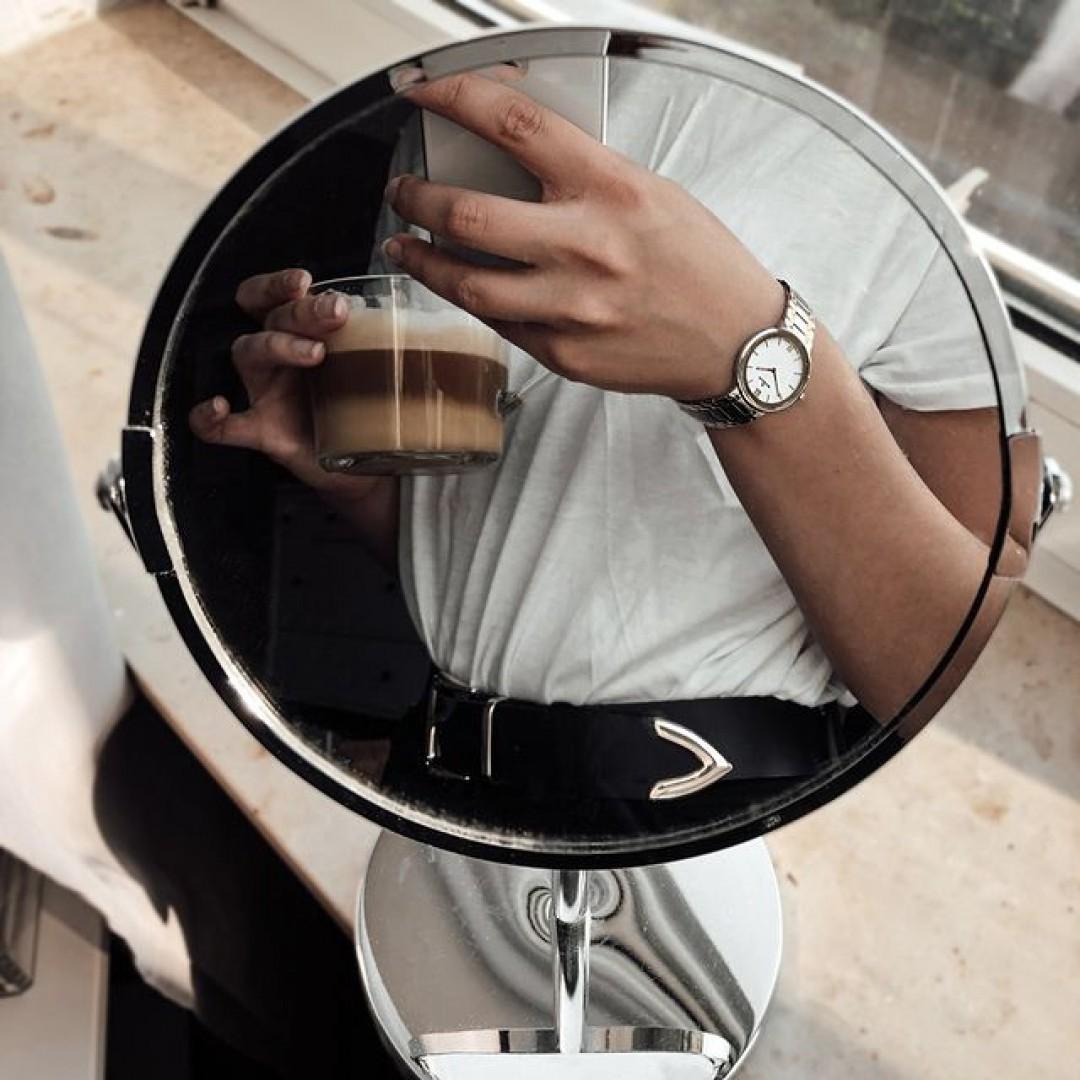 Ein leckerer Kaffee am Nachmittag und unser Cosima-Modell helfen euch den Tag ausklingen zu lassen. Durch das gold-silberne Uhrenband passt sie zu jedem Outfit! Wir freuen uns auf eure Looks!  #dugena #dugenawatches #silver #gold #cosima #afternoon #goodafternoon #coffee #kaffee #mirrorselfie #fashionlover #wakeup