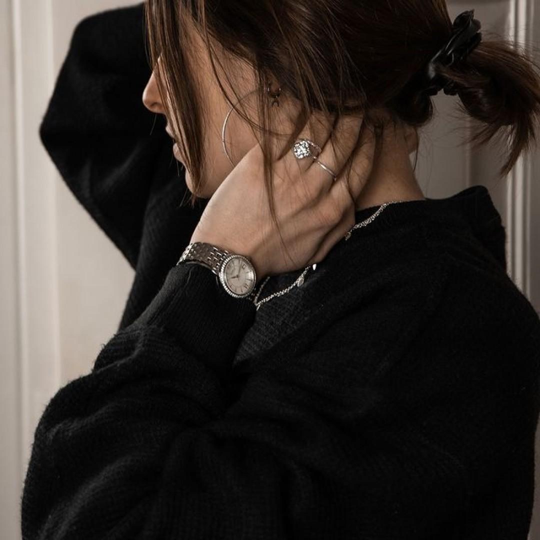 Unsere Rondo Petit Stone ist neben ihrem Edelstandband auch mit 54 Zirkonia-Steinchen versehen. Ein echter Hingucker! #dugenawatches #dugena #dugenauhren #uhren #watch #wotd #ootd #styleinspo #lookoftheday #look #outfitkombination #jewelry #silverwatch #silberuhr #silberschmuck #dutt #creolen #zirkonia #shopping #rondopetitstone