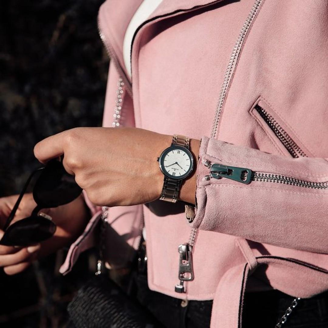 Eine lässige Bikerjacke und unser Cosima-Modell: Perfekt für sonnige, aber doch frische Tage draußen! Überzeugt euch selbst! Auch in gold und gold/silber könnt ihr euch dieses Modell holen!  #cosima #grey #silverwatch #dugena #dugenawatches #outfit #ootd #silver #watch #wotd #uhr #armbanduhr #uhr #bikerjacket #lookoftheday #styleinspiration #style #woman #rose #accessoire #design #fashion #sunisout #sunglasses