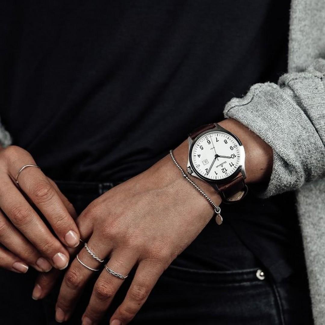 Auch mit einem braunen Lederband könnt ihr unser Boston-Modell erhalten. Ideal für den Alltag! Kombiniert es mit einem schönen Armband und vollendet eure Looks! #boston #automatik #dugena #dugenawatches #outfit #ootd #nature #silver #watch #wotd #uhr #armbanduhr #almostspring #grey #brown #business #classic #womenstyle #metallic #casual #men #streetstyle #bracelet #rings #jeans #cardigan #wool