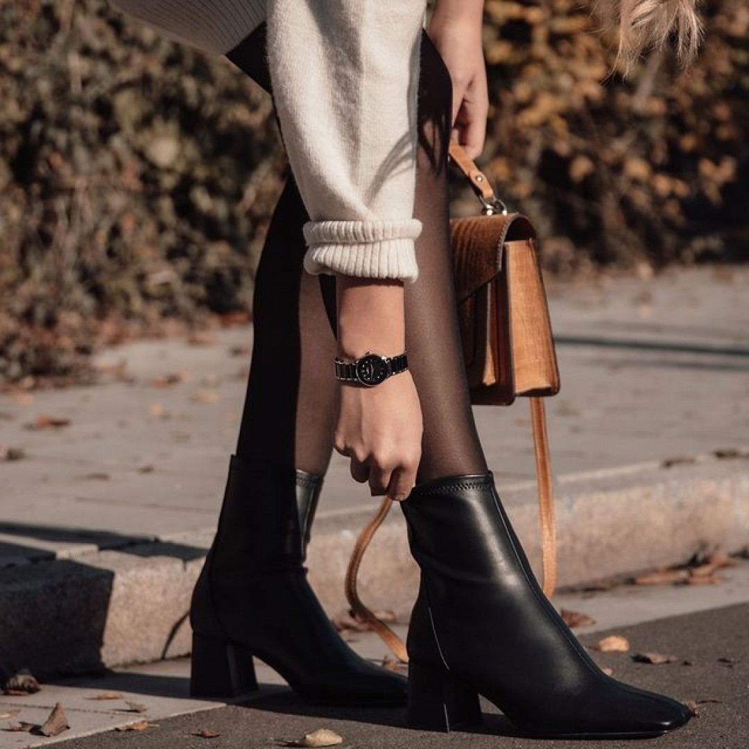 Unsere Amica Ceramica ist aus Edelstahl und gehärtetem Mineralglas und besitzt eine Klappschließe. Durch die angenehme Haptik erfreuen sich unsere Keramikuhren einer konstanten Beliebtheit. Das perfekte Modell für eure Herbstoutfits!  #dugena #dugenalovers #amicaceramica #dugenawatches #novemberdays #autumn #watchlover #watchaddict #uhren #dailywatch #wotd #winterboots #autumnoutfit #fall #ootd #autumnwalk #leaves #autumnleaves