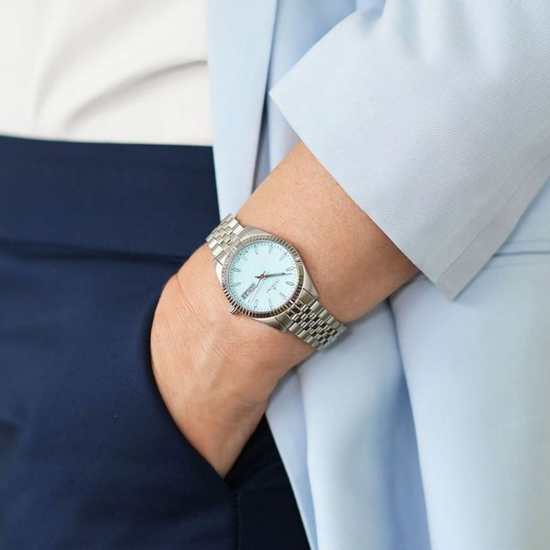 Eine Allrounderin für jede Gelegenheit. Die Dugena Venetia.   Mit der Venetia präsentieren wir ein neues Highlight für die moderne selbstbewusste Frau. ✨ Entdecke jetzt alle Farbvarianten in unserem Onlineshop. (Link in Bio)  #dugena #mydugena #dugenatime #meintagmeinleben #businesswoman #watch #watches #wotd #worklifebalance #bluewatch #lightblue