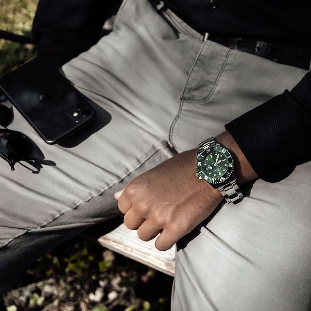 Wer kommt auch schon langsam in Herbststimmung? Die Dugena-Diver kann eure Herbstlooks vervollständigen. Entscheidet euch für ein Ziffernblatt und staunt, wie gut sie zu euren Outfitideen passt. #dugena #dugenawatches #dugenadiver #diver #wotd #sportuhren #menstyle #menfashion #casual #casuallook #ootd #watchstyle #fashionlover #black #greenwatch #greenclockface #herbst #autumnvibes 🍂