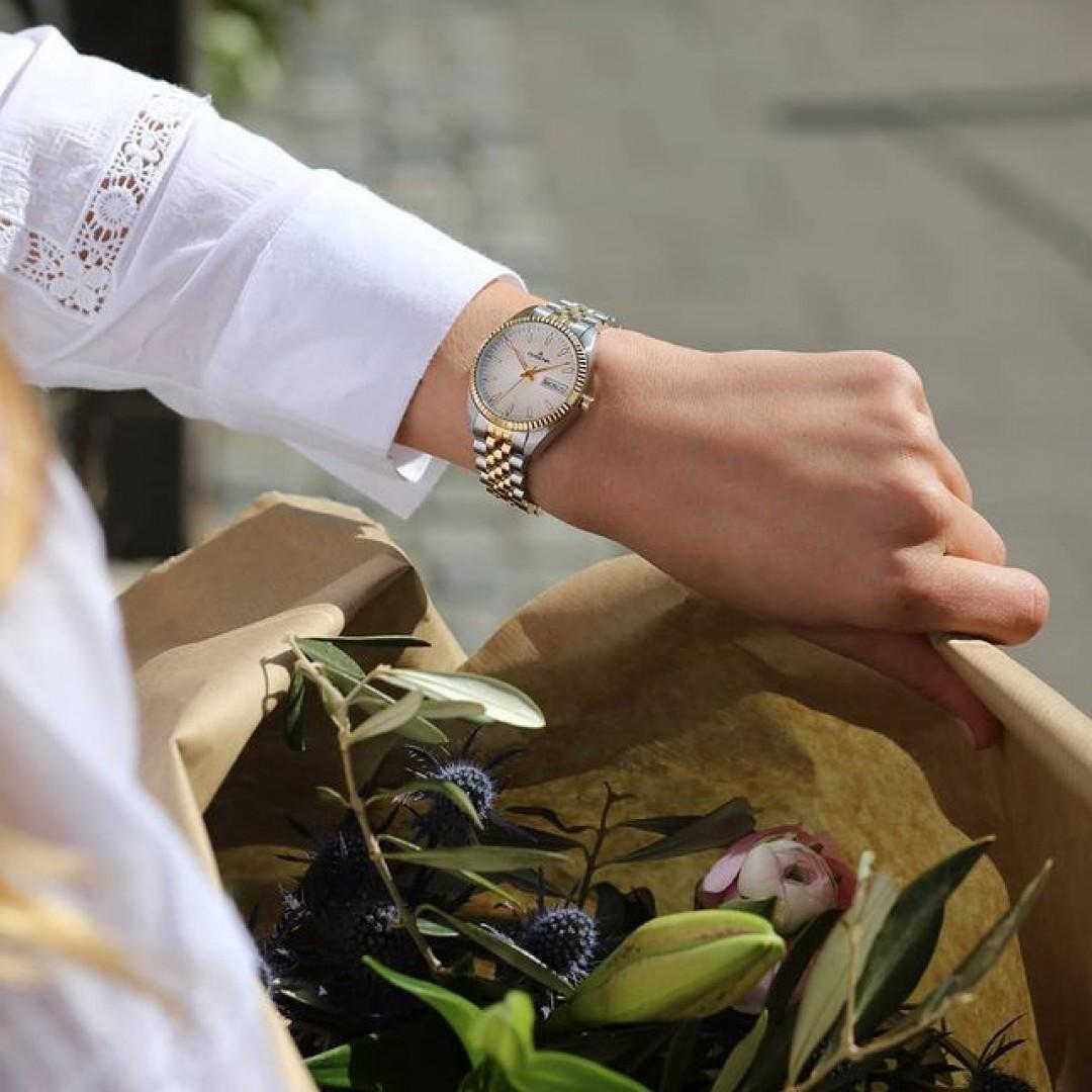 In love with contrasts:Als Variante in Bicolor spielt die Venetia mit Gold und Silber.Für die Glanzmomente an jedem Tag. Finde mehr über die Uhr heraus - über den Link in unserer Bio.  #dugena #mydugena #venetia #womenwatches #bicolorwatch #bicolor #classicwatch
