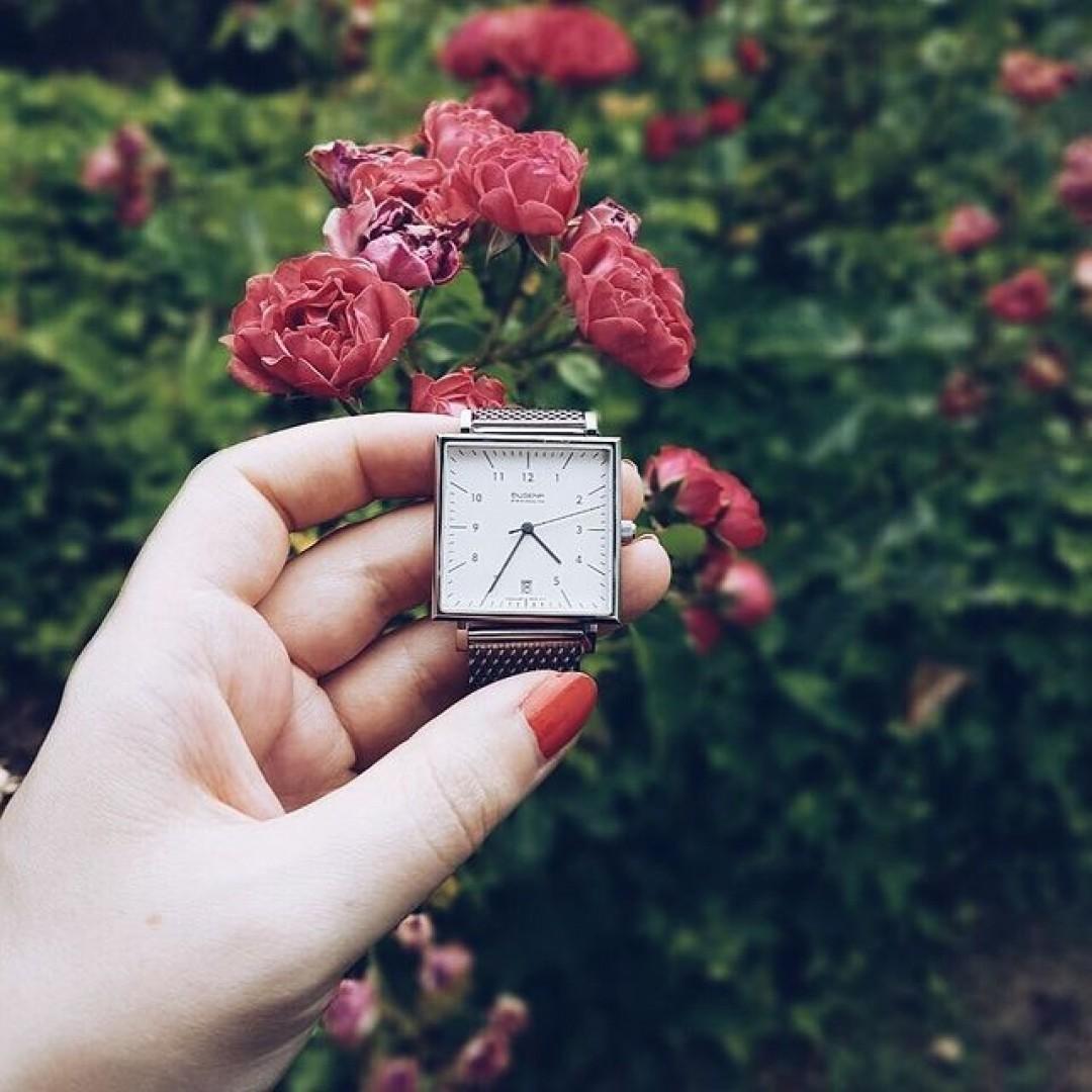 Just beautiful - red roses and our Dessau Carrée 🌹  #dugena #dugenawatch #100JahreDugena #DugenaUhr #watchlove #timepiece #instawatch #uhren #watchoftheday #germanwatch  #watchlover #wotd #potd  #100years #urbanchic #watchstyle #watchtrend  #watchgram