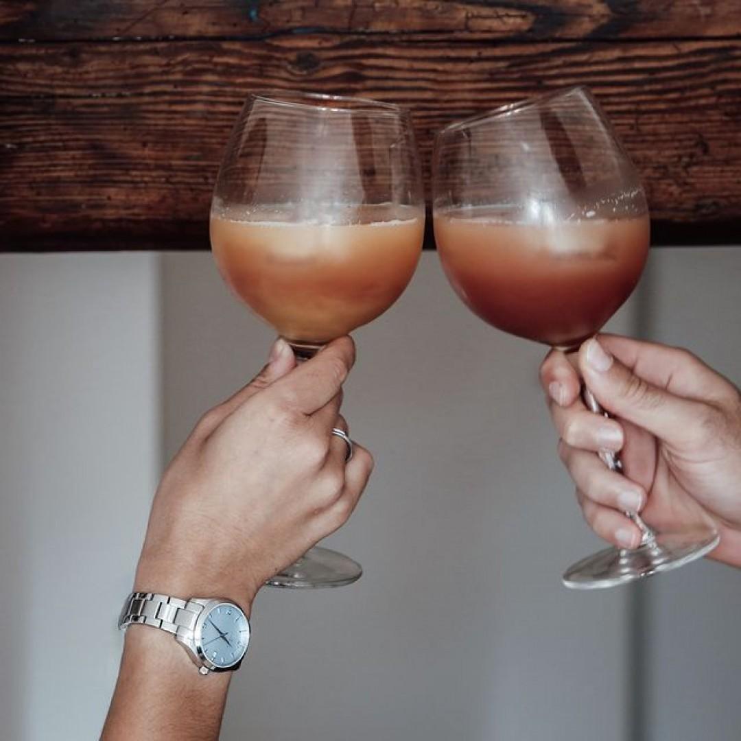 Wie genießt ihr euren Sommer? Wir machen das am liebsten mit einem kühlen Drink in der Hand und unserer Tresor Woman Uhr am Handgelenk!🍹 #tresorwoman #summertime #style #dugena #dugenawatches #outfit #ootd #klassisch #silver #watch #wotd #uhr #armbanduhr #sommer #chic #pastell #woman #casual #work #sommerlook #free #lifestyle #summerlook #clock