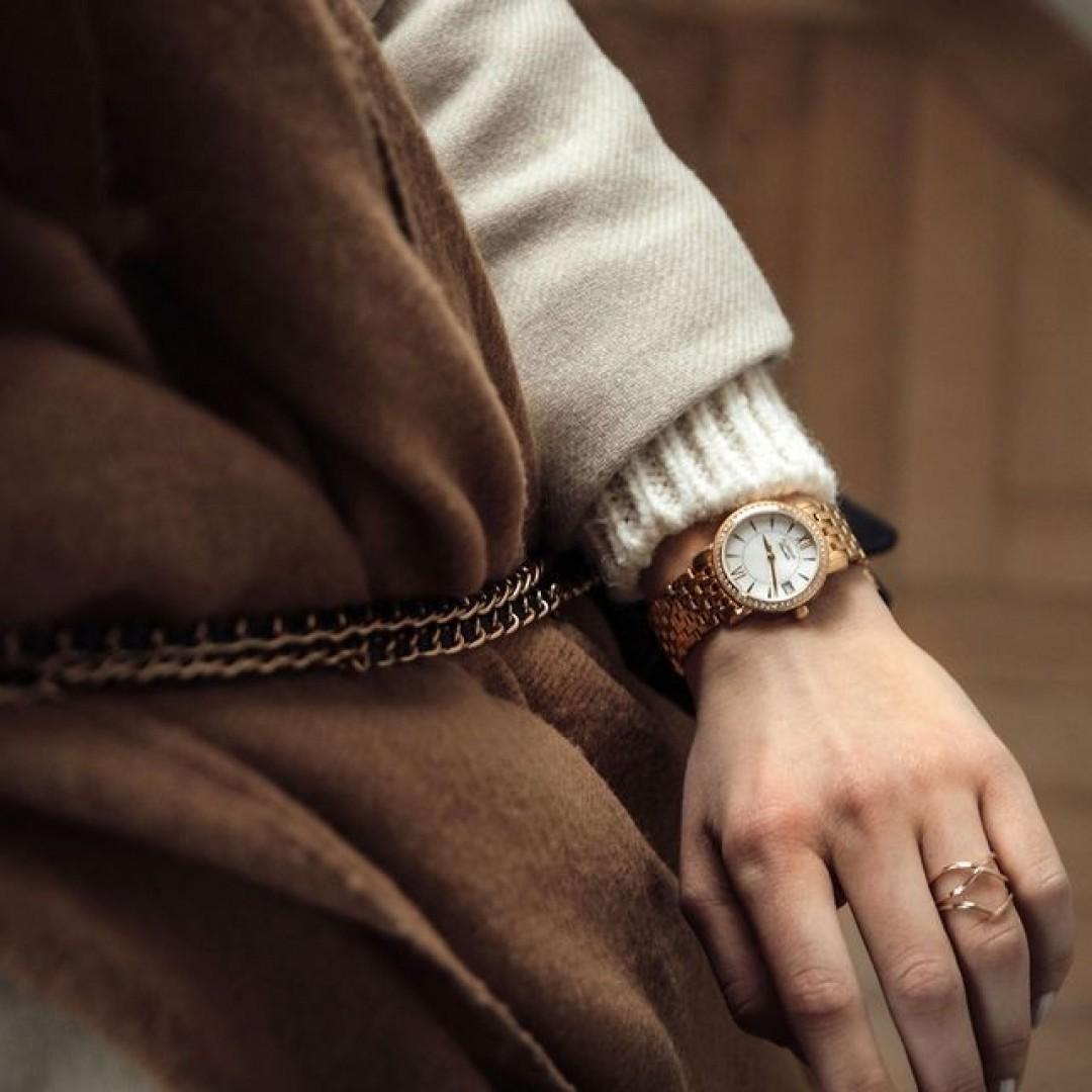 Auch gemütliche Styles machen mit unserer Rondo Petit Stone einen souveränen Auftritt. Was gefällt euch an diesem Model am besten? Schreibt es uns in die Kommentare.  #dugenawatches #dugena #dugenauhren #uhren #watch #wotd #ootd #styleinspo #lookoftheday #look #outfitkombination #scraf #cozy #coat #goldwatch #golduhr #coronatime #shopping #rondopetit