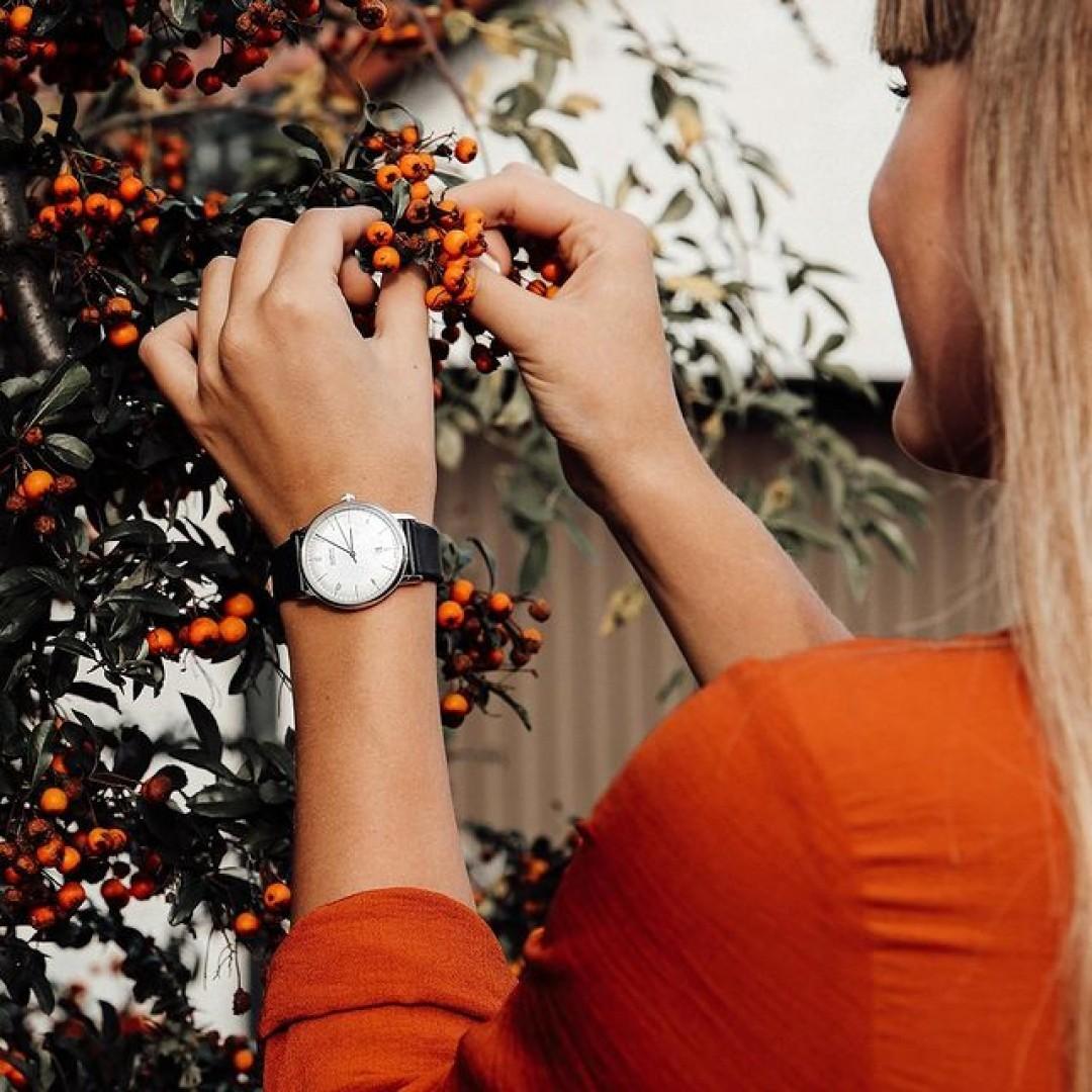 Gestaltet eure Herbsterlebnisse mit eurem Dugena-Modell. Das Dessau-Modell passt durch sein schlichtes, schwarzes Lederband zu jedem Look. Kombiniert sie mit herbstlichen Farben, staunt wie euer Outfit perfektioniert wird und erlebt den Moment gleich viel intensiver. #dugena#dugenawatches#wotd#dessau#ootd#lotd#look#style#fashion#herbst#autumn#fall#autumnvibes#watch#uhr#leather#berries#nature