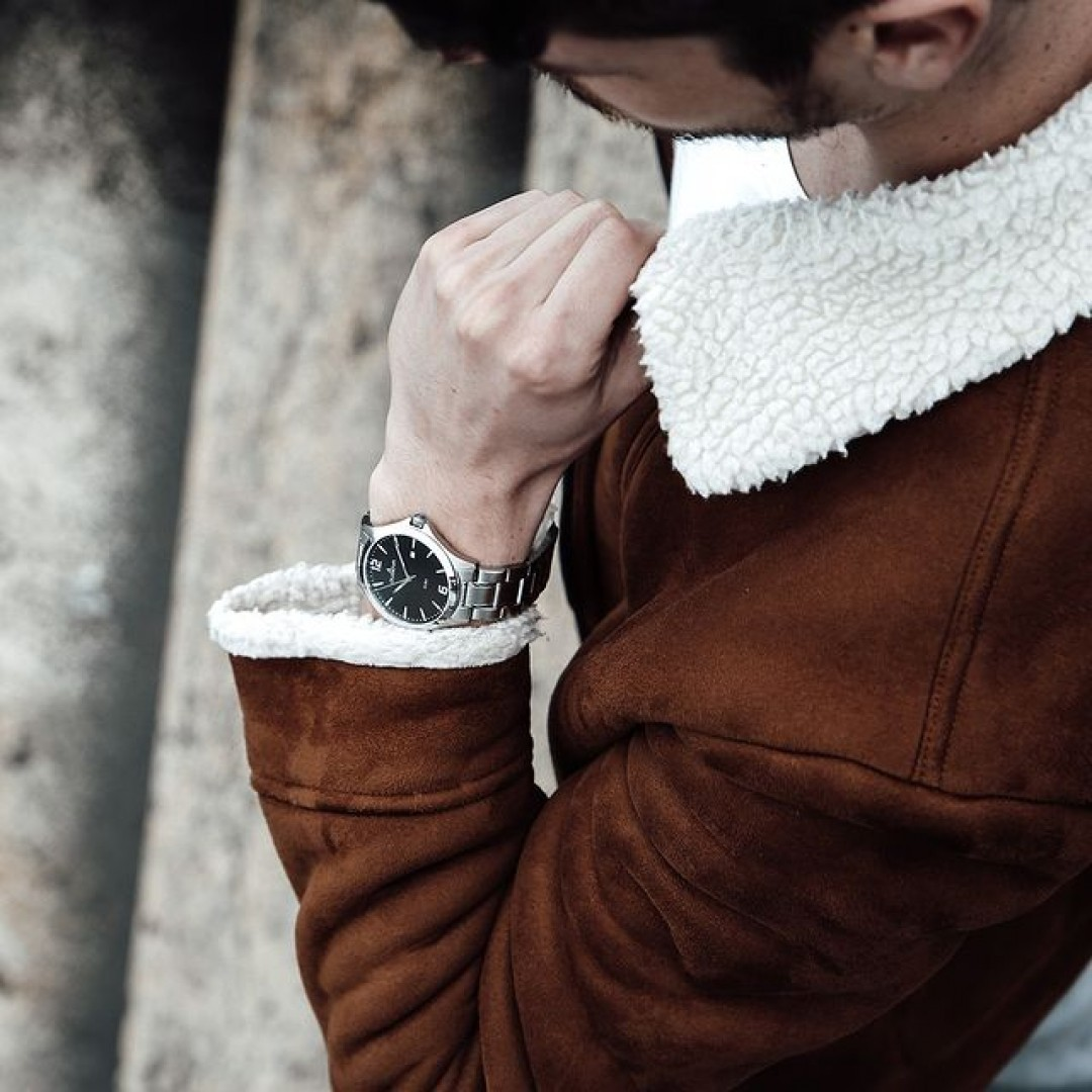 Ihr sucht eine elegante Uhr, die sowohl elegant als auch casual getragen werden kann? Dann seht euch unser Boston-Modell genauer an. Ein schwarzes Ziffernblatt passt zu allen Outfits und ist ein echter Blickfang! #boston #dugena #dugenawatches #outfit #ootd #nature #silver #watch #wotd #uhr #armbanduhr #almostspring #grey #adidas #sneaker #jeans #business #classic #menstyle #metallic #casual #men #streetstyle #suit #jacket