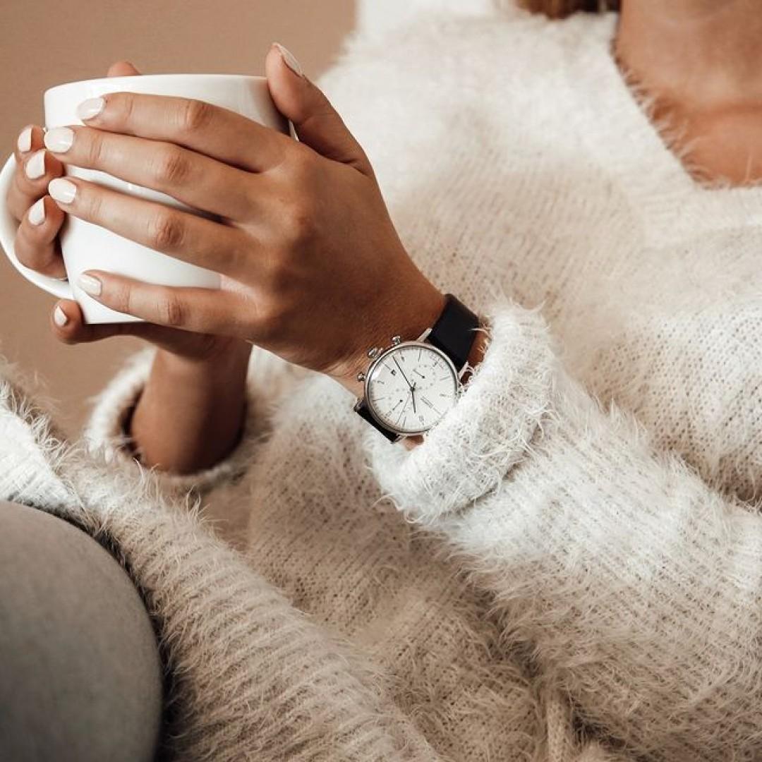 Kuschelzeit! Der Herbst und seine kühlen Temperaturen bereiten Lust auf einen warmen Tee, eine heiße Schokolade oder Kaffee daheim. Machts euch so richtig gemütlich mit kuscheliger Loungewear und unserer Dessau Chrono! #dugena#dessau#chrono#dessauchrono#dugenawatches#wotd#autumn#fall#loungewear#home#homestyle#cozy#kuschelzeit#kuschelig#tee#tea#coffee