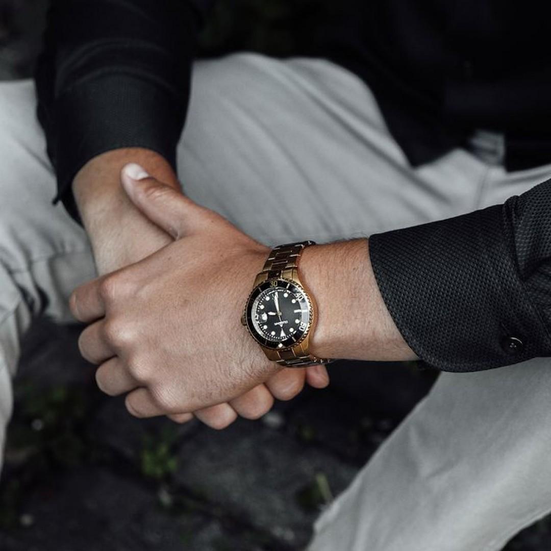 Die Dugena-Diver: Hochwertige Materialien wie Mineralglas und eine Wasserdichte von 30 bar machen diese Uhr zu einem unglaublichen Allrounder unter euren Accessoires. Was hält ihr von unserem Schmuckstück?  #dugena #dugenawatches #dugenadiver #diver #wotd #sportuhren #menstyle #menfashion #accessoires #ootd #watchstyle #fashionlover #businesslook #bürolook #blue #herbst #autumnvibes 🔝
