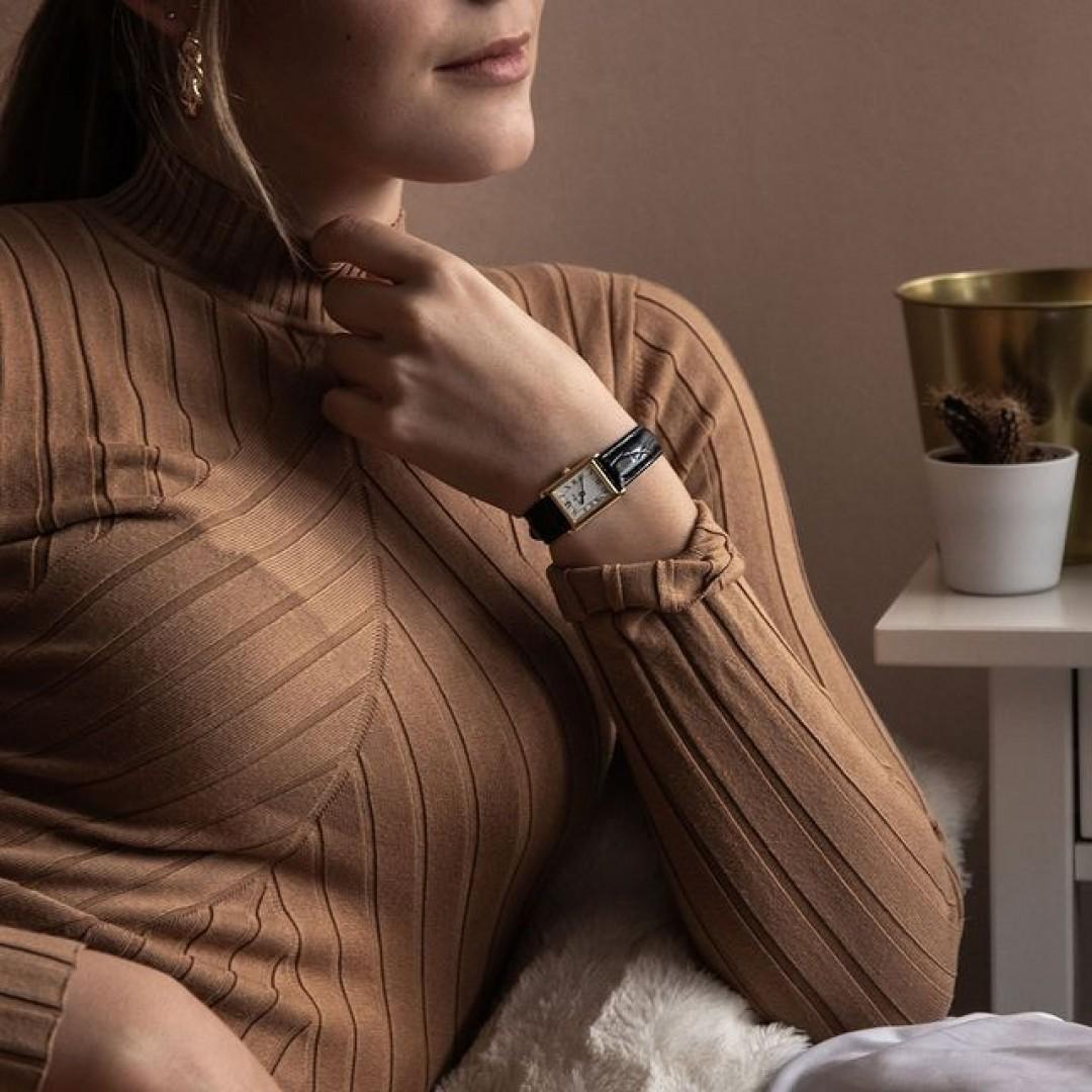Eine rechteckige Uhr ist nicht nur modern, sondern überzeugt auch durch Eleganz! Dafür eignet sich beispielsweise unsere Quadra Classica. Wir freuen uns auf eure Looks! #dugena #dugenawatches #onlineshopping #dugenashop #uhren #watchlover #wotd #classy #watch #clock #watches #quadraclassica #elegance #uhrenklassiker