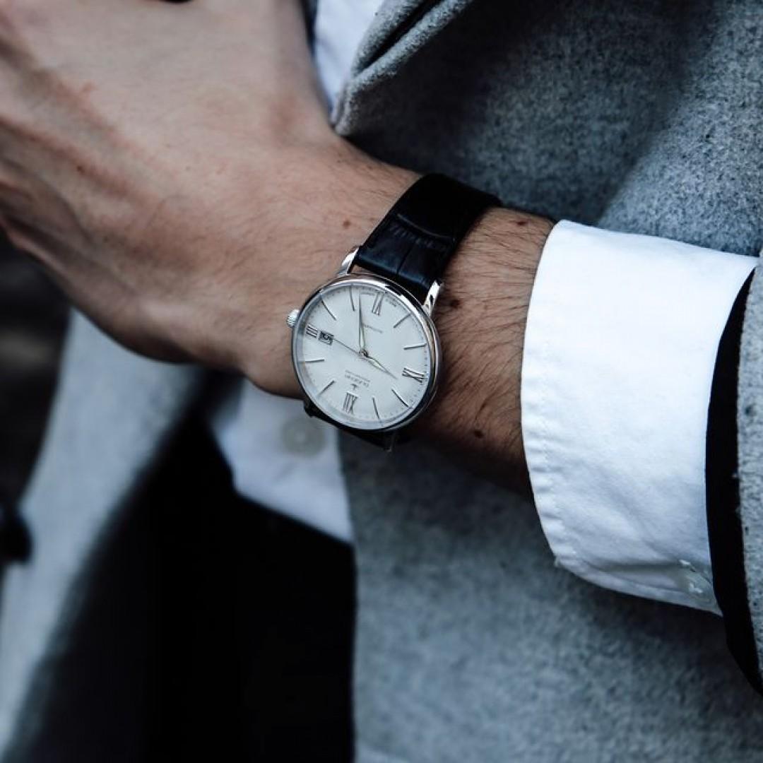 Auch in der kühlen Winterzeit haben wir die passenden Uhrenmodelle für euch! Die Festa Roma wertet eure Looks auf und sorgt für klassische Eleganz. Mit einem schönen Wintermantel und eurem Lieblingshemd überzeugt ihr garantiert.  #festaroma #automatik #dugena #dugenawatches #outfit #ootd #festlich #silver #watch #wotd #uhr #armbanduhr #januar #chic #leder #leather #black #white #suit #casual #work #leger #brown #mantel #winter #coat #wintercoat