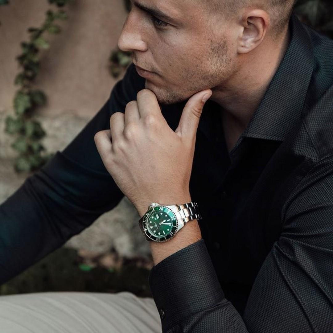 Na, wer liebt bunte Ziffernblätter auch so sehr? Unser Diver-Modell lässt sich perfekt mit euren Business-Looks kombinieren. Wir freuen uns auf eure Looks! 💼 #dugena #dugenawatches #dugenadiver #diver #wotd #sportuhren #menstyle #menfashion #ootd #greenwatch #watchstyle #fashionlover #fashionphotography