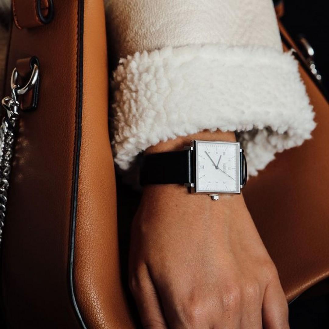 Eine quadratische Uhr? Ja, das geht! Unsere Dessau Carrée ist klassisch, elegant und ein echter Hingucker. Wer modernes Design liebt, kann mit diesem Modell garantiert nichts falsch machen! #dugenawatches#dessaucarrée#dugena#dessau#carrée#wotd#outfit#style#bag#autumn#fall#falloutfit#ootd#silver#modern#classic