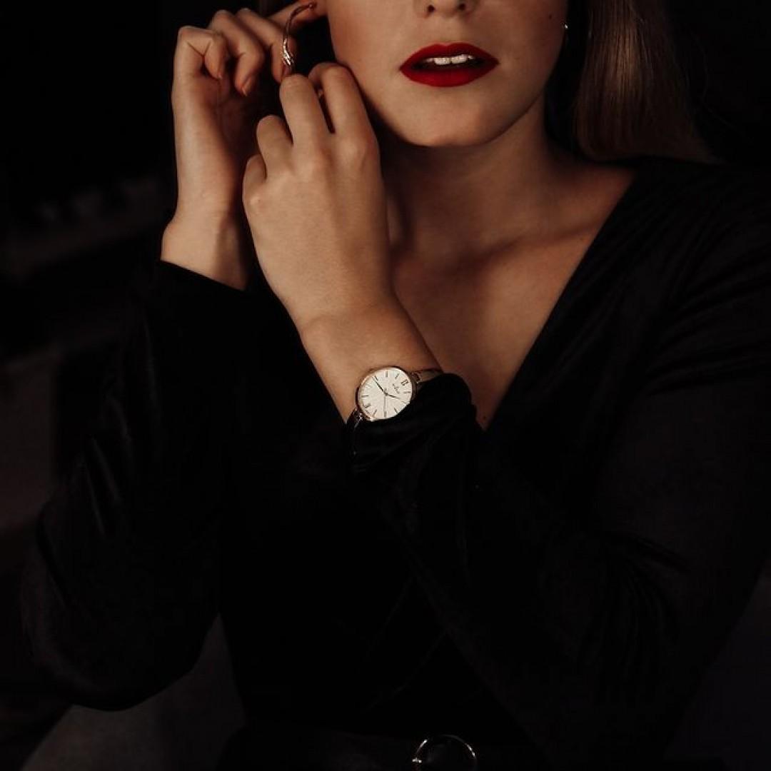 Wer von goldenen Uhren nicht genug bekommen kann, muss sich definitiv unser Inez-Modell genauer ansehen! Kombiniert sie mit eurem Lieblingskleid und staunt, wie viele Komplimente ihr bekommen werdet! #dugena #dugenalover #inez #ootd #wotd #feiertage #weihnachten #silvester #party #dress #outfit #fashion #accessoire #christmas #makeup #newyear #golden #uhr #armbanduhr