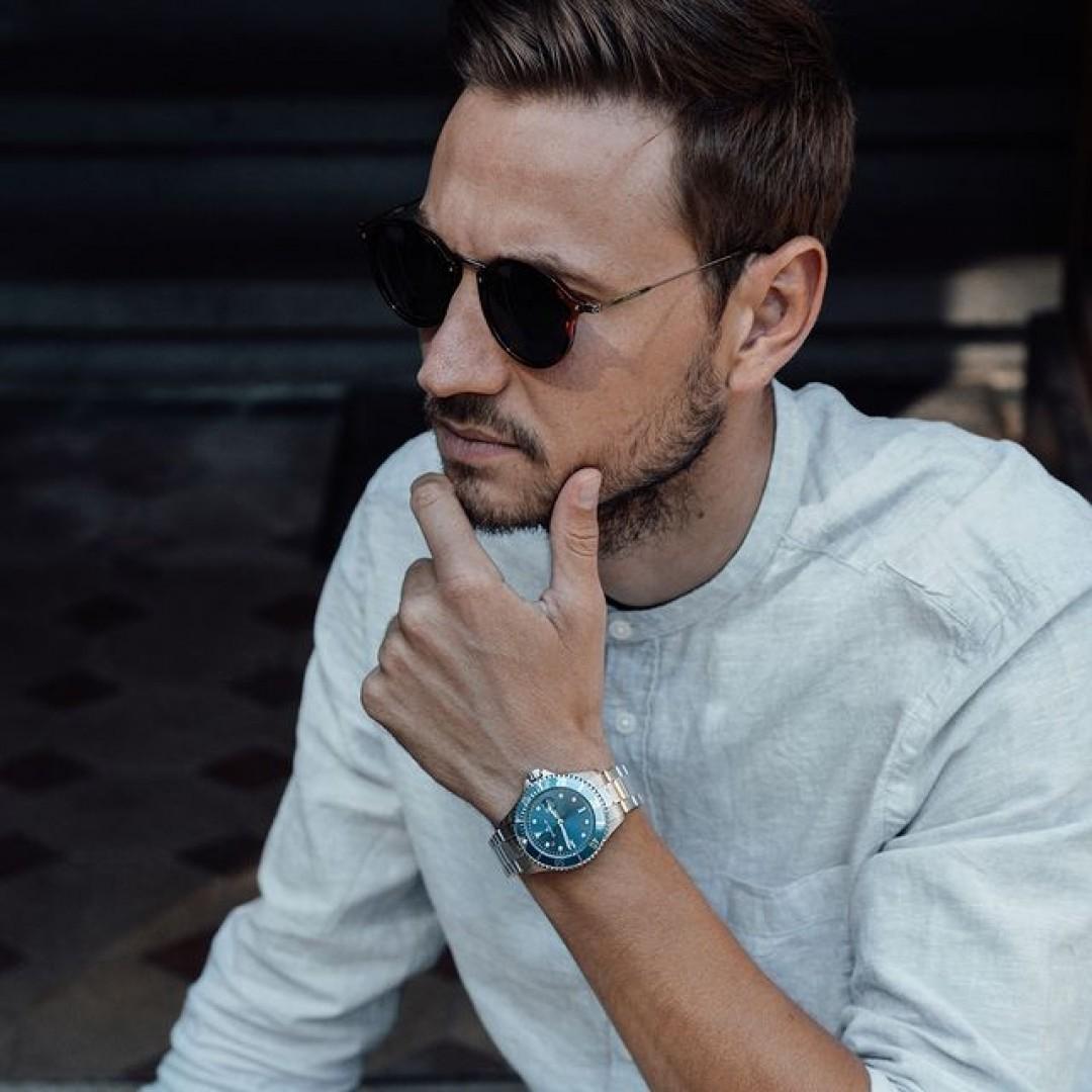 Wie würdet ihr euren Kleidungsstil beschreiben? Mögt ihr eure Looks klassisch-elegant oder doch casual-sportlich? Ganz egal, welchen Stil ihr wählt, unsere Dugena-Uhren passen zu euch allen! #dugena #dugenawatches #dugenadiver #dugenauhren #diver #wotd #sportuhren #menstyle #menfashion #accessoires #casuallook #ootd #watchstyle #fashionlover #blue #casual #sporty #sportlooks #businesslook #fashion 👔