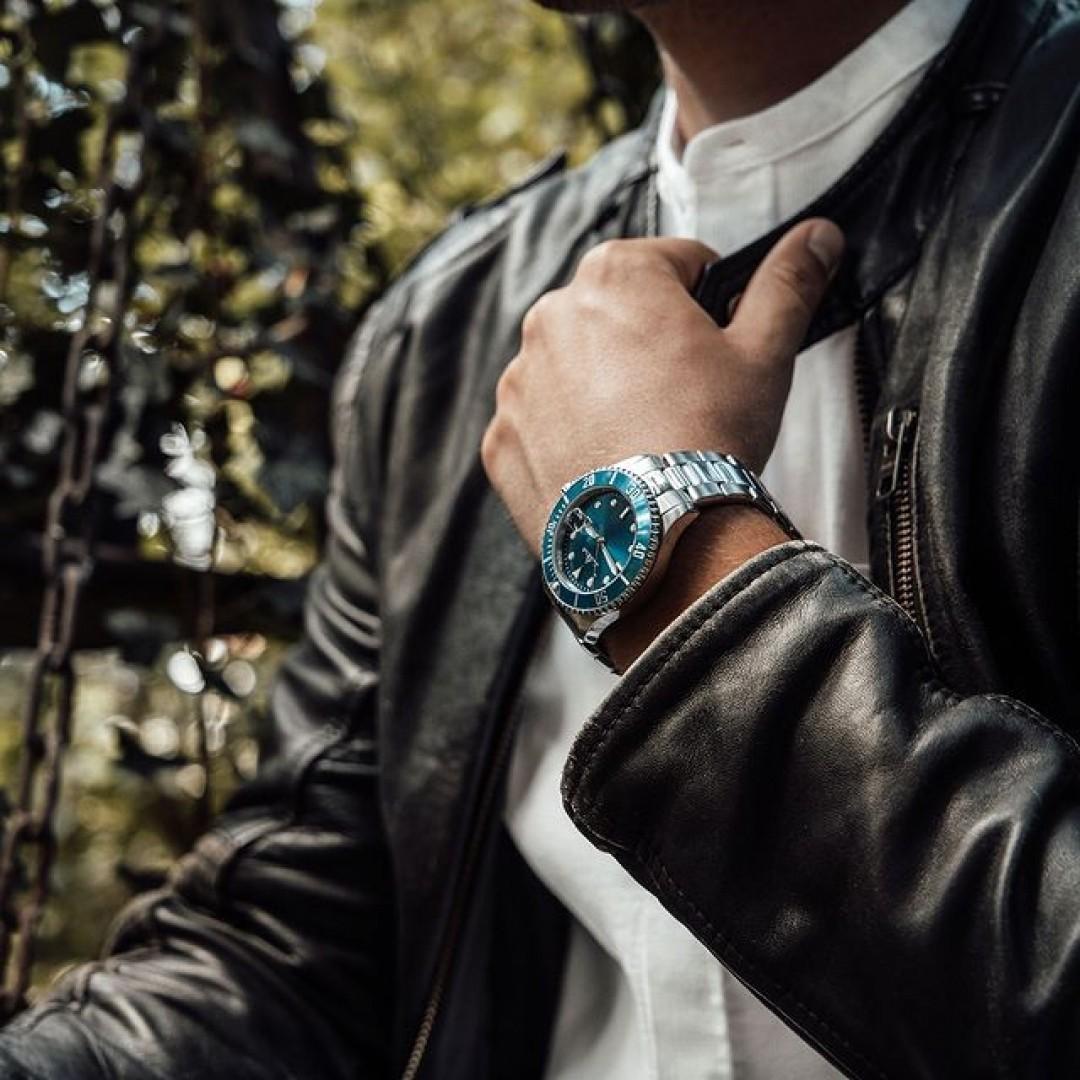 Egal ob schick, classy oder legere: die Diver ist der ultimative Begleiter für alle eure Outfits. Überzeugt euch selbst von unserer langjährigen Dugena-Qualität! #dugena #dugenawatches #dugenadiver #diver #wotd #sportuhren #menstyle #menfashion #ootd #watchstyle #fashionlover #leatherjacket #blue #herbst #autumnvibes