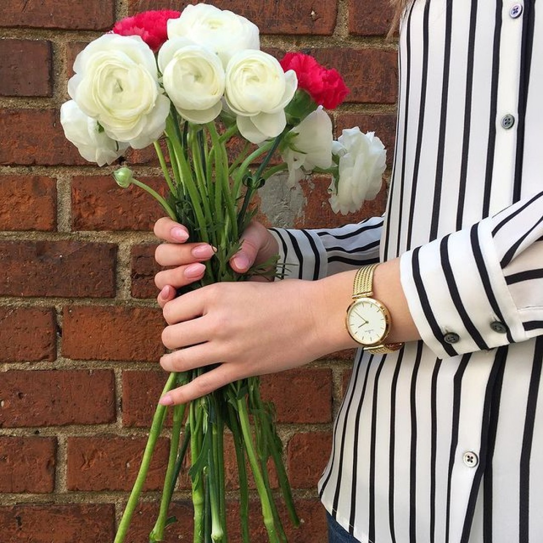Flowers and Stripes 💐 #dugena #watchlove #timepiece #uhren #watchoftheday #germanwatch #watchlove #potd #watchstyle #flowers #flowergirl #summerfeeling #spring #details